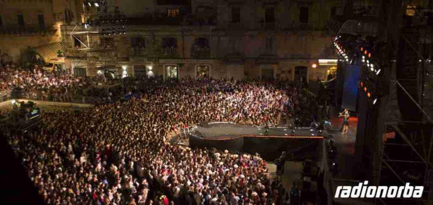 Battiti Live: bagno di folla in Piazza della Libertà per lo show di Radionorba. Il Video Servizio