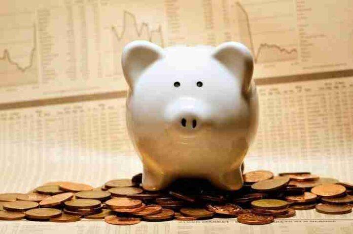 Gli italiani e gli investimenti: sempre più persone tengono i risparmi sul conto corrente