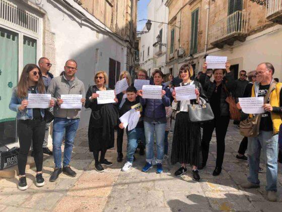 Protestano i commercianti del centro storico nel giorno di Pasqua, in mattinata negozi chiusi.