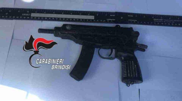 Ritrovati in una contrada le armi ed il furgone utilizzato dai rapinatori. Qui le foto