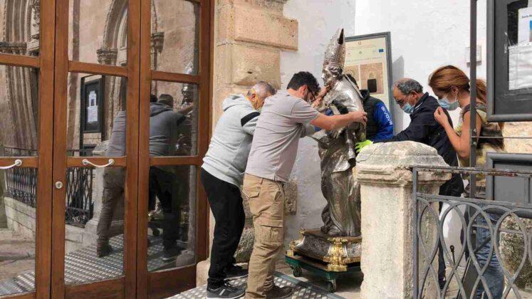 La statua di Sant'Oronzo in viaggio per Lecce, nei prossimi mesi verrà restaurata e riconsegnata alla città