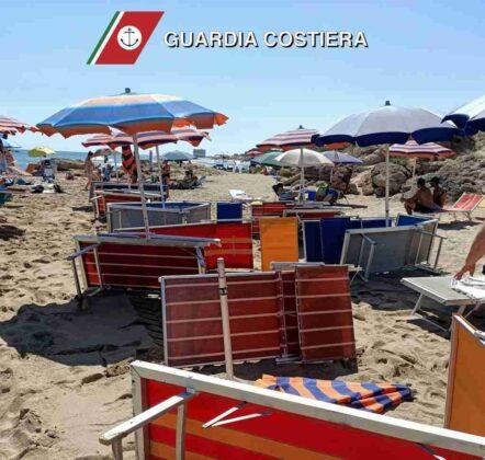 ombrelloni e lettini spiaggia libera